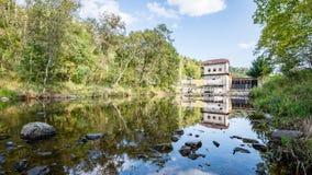 Mulino elettrico su un fiume di estate Fotografie Stock