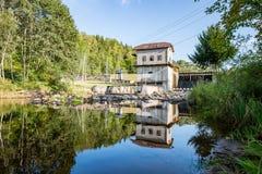 Mulino elettrico su un fiume di estate Immagine Stock Libera da Diritti
