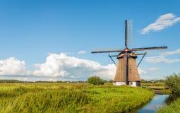 Mulino storico nel paesaggio olandese del ploder Immagine Stock