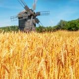 Mulino sul giacimento di grano Fotografie Stock Libere da Diritti
