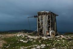 Mulino a vento abbandonato in Serra de Janeanes Immagini Stock Libere da Diritti