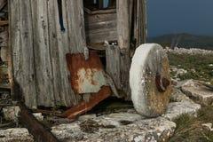 Mulino a vento abbandonato in Serra de Janeanes Fotografie Stock Libere da Diritti
