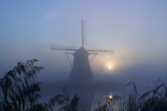 Mulino a vento ad una mattina nebbiosa Fotografia Stock Libera da Diritti