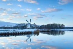 Mulino a vento affascinante riflesso in acqua di fiume Fotografia Stock Libera da Diritti