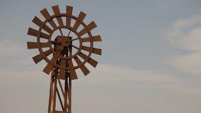Mulino a vento al deserto in foschia video d archivio