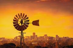 Mulino a vento al tramonto in Australia Meridionale Immagini Stock
