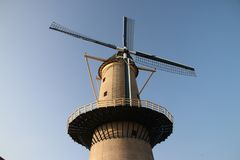 Mulino a vento antico nel centro urbano di Schiedam nei Paesi Bassi Fotografia Stock