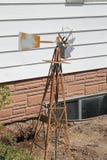 Mulino a vento arrugginito fuori nell'iarda Fotografia Stock Libera da Diritti