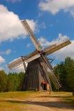 Mulino a vento in campagna polacca Immagini Stock Libere da Diritti