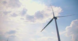 Mulino a vento che fila contro il cielo video d archivio