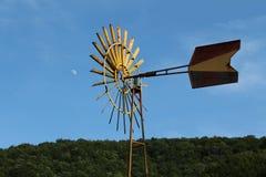 Mulino a vento che indica alla luna Fotografia Stock Libera da Diritti
