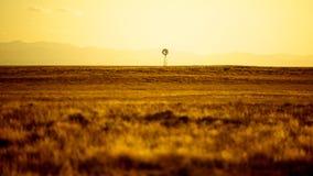 Mulino a vento che si leva in piedi nella distanza Fotografia Stock Libera da Diritti