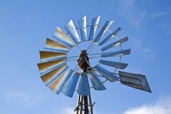 Mulino a vento con l'azzurro aumentante del sole Immagini Stock Libere da Diritti