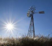 Mulino a vento con l'azzurro aumentante del sole Immagine Stock Libera da Diritti