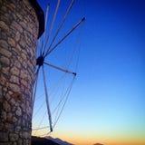 Mulino a vento con la regolazione del sole dietro la Francia Fotografia Stock Libera da Diritti