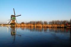 Mulino a vento con la riflessione Fotografie Stock Libere da Diritti