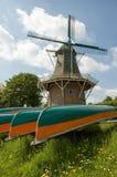 Mulino a vento con le canoe Fotografia Stock Libera da Diritti