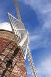 Mulino a vento contro cielo blu Immagini Stock Libere da Diritti