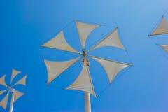 Mulino a vento contro un cielo blu fotografie stock libere da diritti