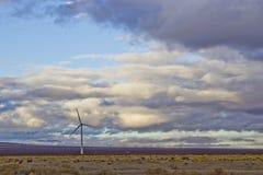 Mulino a vento contro una tempesta di schiarimento Immagini Stock