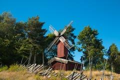 Mulino a vento costruito su una casa in Svezia immagine stock libera da diritti