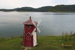 Mulino a vento del lago Immagine Stock