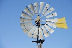 Mulino a vento del metallo contro cielo blu Fotografia Stock