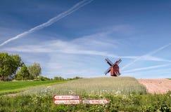 Mulino a vento del mulino di Traebene con i campi verdi Immagini Stock