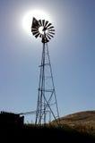 Mulino a vento del ranch, Sun dietro Immagini Stock
