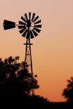 Mulino a vento dell'azienda agricola Immagine Stock