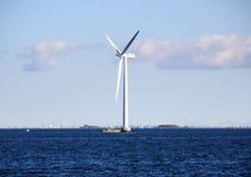 Mulino a vento dell'oceano in mare agitato con la nave di ispezione Immagini Stock Libere da Diritti