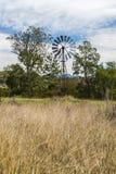 Mulino a vento di entroterra nel Queensland, Australia fotografia stock libera da diritti