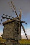 Mulino a vento di legno Immagini Stock
