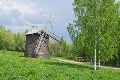 Mulino a vento di legno all'antica Immagini Stock Libere da Diritti