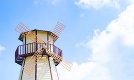 Mulino a vento di legno in cielo blu aperto Fotografie Stock