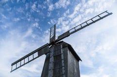 Mulino a vento di legno da sotto contro cielo blu Immagini Stock Libere da Diritti