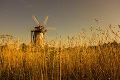 Mulino a vento di legno nel tramonto Immagini Stock Libere da Diritti