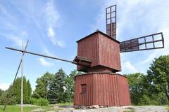 Mulino a vento di legno rosso Fotografie Stock Libere da Diritti