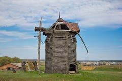 Mulino a vento di legno rovinato abbandonato immagini stock