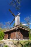 Mulino a vento di legno sotto cielo blu profondo fotografia stock