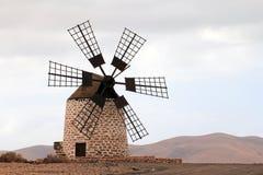 Mulino a vento di Puesta del sol de Tefia (Fuerteventura - Spagna) Immagine Stock