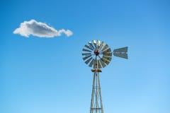 Mulino a vento di vecchio stile contro un cielo blu Immagine Stock