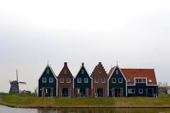 Mulino a vento e case tipiche olandesi Fotografia Stock Libera da Diritti