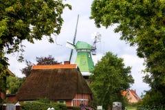 Mulino a vento e cottage al villaggio della terra di Altes Fotografie Stock