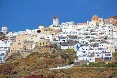 Mulino a vento e cupola in Santorini, Grecia Fotografie Stock Libere da Diritti