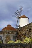 Mulino a vento e parete di pietra Immagini Stock Libere da Diritti