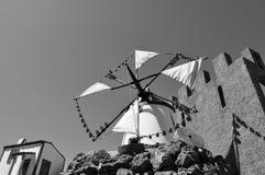 Mulino a vento ed il castello immagini stock libere da diritti