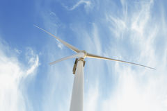 Mulino a vento elettrico su un fondo del cielo Fabbricazione innovatrice del generatore eolico Concetto rispettoso dell'ambiente  Immagini Stock Libere da Diritti