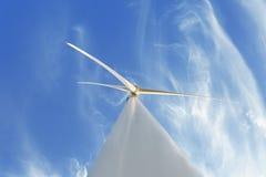 Mulino a vento elettrico su un fondo del cielo Fabbricazione innovatrice del generatore eolico Concetto rispettoso dell'ambiente  Fotografie Stock