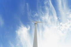 Mulino a vento elettrico su un fondo del cielo Fabbricazione innovatrice del generatore eolico Concetto rispettoso dell'ambiente  Fotografia Stock Libera da Diritti